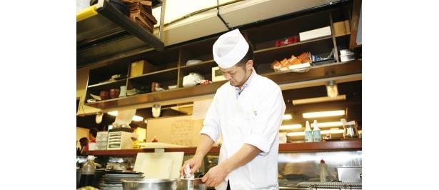 松井さんが材料選びをスタート。「TW15周年と世界の山ちゃん30周年を祝う意味で、ターキー(七面鳥)に決めました」(松井)