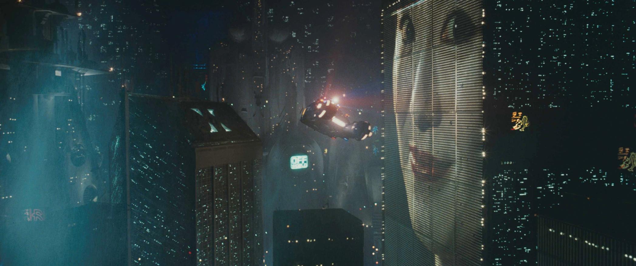 『ブレードランナー』(82) 酸性雨が降る薄汚れた2019年の街で妖しく光る日本語のネオンは、ハイテクで世界を席巻するアジアへの恐れの視覚化か