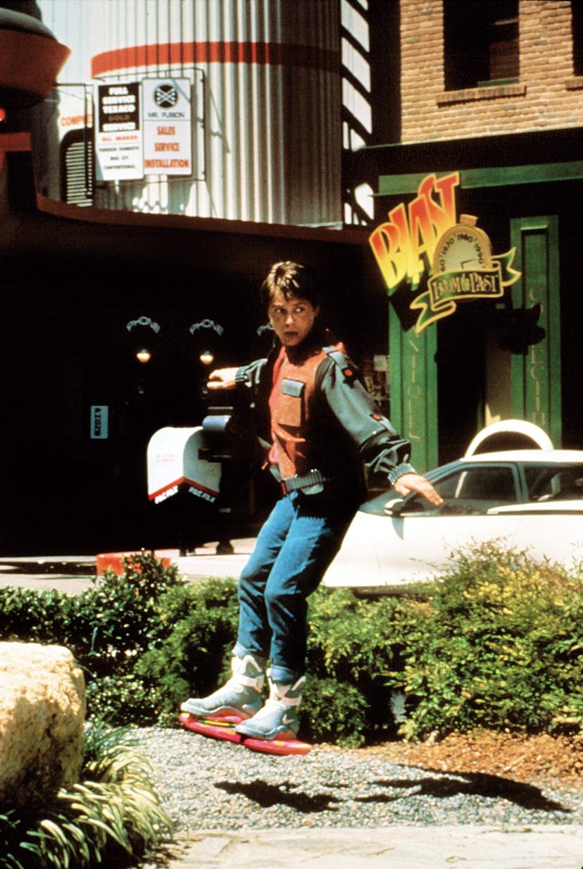 『バック・トゥ・ ザ・フューチャー PART 2』(89) 主人公を驚かす2 015年のアイテム。飛び出す『ジョーズ19』広告、宙に浮くホバーボード、自動でひもが締まるスニーカーと、どれもポップ!
