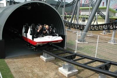 2秒で最高速度の時速100kmに達し、暗闇の中のコースを突破。トンネルを抜けて屋外へ!