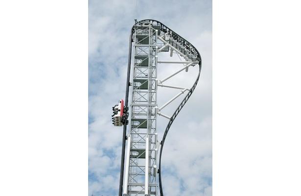 富士急ハイランドのジェットコースターでは初となる、「垂直巻上げ」というシステムで頂上まで上がる