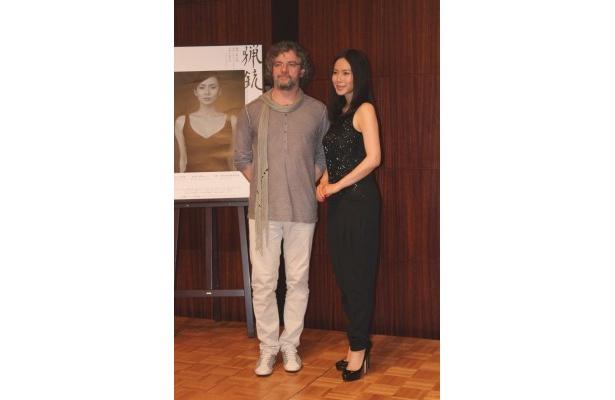 舞台「猟銃」の制作発表に出席した演出のフランソワ・ジラール(左)と、主演の中谷美紀(右)