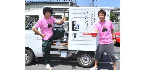 トータルテンボスの藤田憲右(左)と大村朋宏(右)が県内3か所を巡って販売!