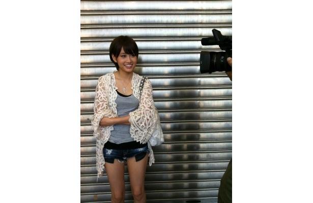 「2カ月間の密着取材はあっという間でした」と笑顔で振り返る前田敦子