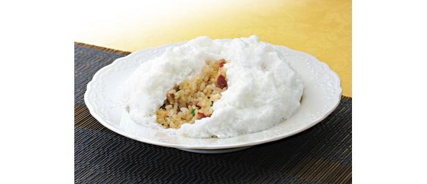 「牡丹園(ぼたんえん)」フワフワ炒飯 1260/炒飯の上にメレンゲがのった、見た目も食感もユニークな炒飯。メレンゲが口の中でフワッと溶ける感触はヤミツキになる
