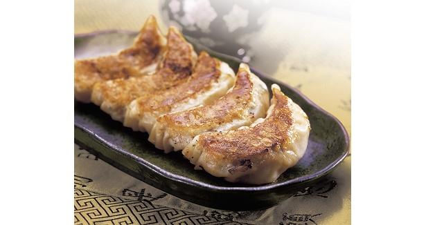 「康華楼(こうかろう)」焼き餃子945 (8個入)各日限定50食/白老の自然の中で育った、うま味たっぷりの豚肉を使ったコラボ商品。モチモチとした皮に、ジューシーなタネがたっぷり! 上海(シャンハイ)風の餃子は日本人にもなじみやすい味付けだ