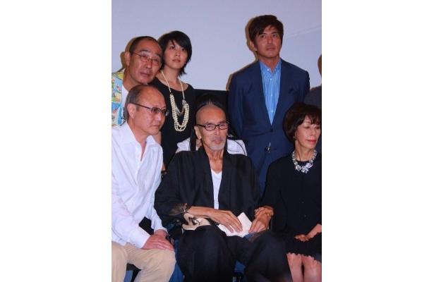 満身創痍の原田芳雄が車椅子で『大鹿村騒動記』の舞台挨拶に登壇