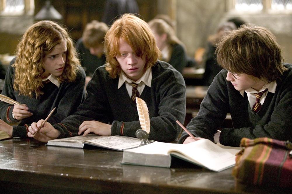 勉強中のハリー、ハーマイオニー、ロン(『ハリー・ポッターと炎のゴブレット』)