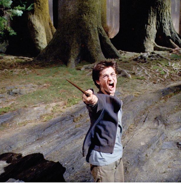 守護霊を呼ぶ「エクスペクトパトローナム!」の呪文を叫ぶハリー(『ハリー・ポッターとアズカバンの囚人』(04)より)