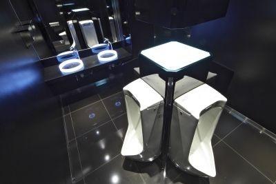 なぜか向かい合う形式の男子トイレについて、ドワンゴ取締役の夏野剛氏は「ぜひここで男同士交流を図ってください(笑)」