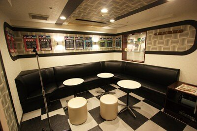 同じく阪急東通り3号店限定の「1990年代ルーム」。壁一面のヒット曲ランキングとレコード大賞曲のほか、懐かしいアニメのフィギュアやプラモデルも展示!