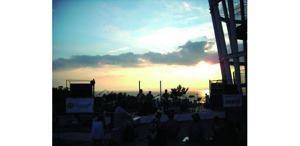 潮風に吹かれながら、夏の余韻に浸れるライブで盛り上がろう(写真はイメージ)
