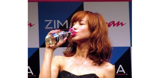 キャンペーン中「ZIMA」には優木の唇がおまけとして付いてくる!