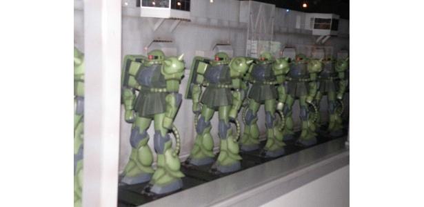 ザクが大量生産されて戦場に投入されていく模様を再現した「ザク生産工場」ジオラマ(1/35サイズ)
