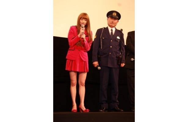 【画像】香里奈はミニスカのコスチュームで観客を悩殺(写真左)