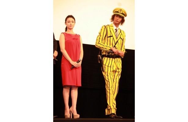 深田恭子はフェミニンなドレスで登場(写真左)