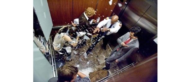 【写真】エレベーターに乗り込んだ5人の中の1人がデビルだという