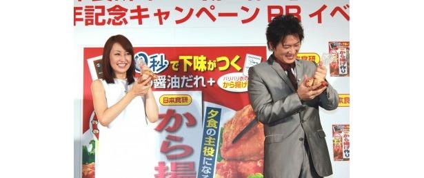 【写真】鶏肉にタレをもみ込む2人