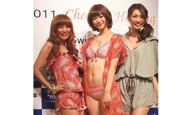 ショーに登場した2011年の東レ水着キャンペーンガールの西田有沙さん(中央)、三愛水着イメージガールの北川富紀子さん(左)、第7代JSAキャンペーンガールの苫米地(とまべち)玲奈さん(右)
