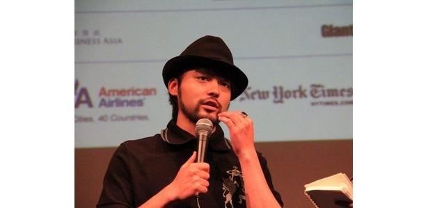 表彰式では黒のスーツ姿だったが、この日は帽子にポロシャツ、ブーツとラフないでたちで現れた山田