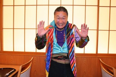 6/23に来福された際の、山本寛斎氏。ネクタイの生地で作られた、華やかなデザインの衣装が印象的
