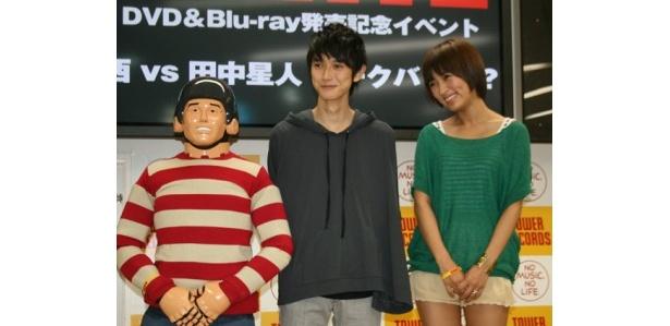映画「GANTZ」DVD&ブルーレイ発売記念イベントに登場した本郷奏多(写真中央)、夏菜(同右)、田中星人(同左)