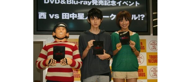 【写真】映画「GANTZ」のDVDをPRする本郷、夏菜、田中星人