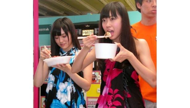 【写真】木村考案の塩焼きそばを笑顔でほおばるNMB48・山本彩、渡辺美優紀(写真左から)