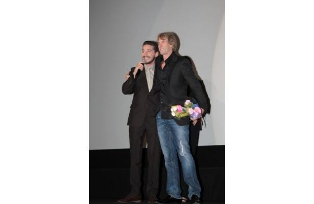 マイケル・ベイ監督への感謝の言葉を述べたシャイア・ラブーフ。監督と肩を組んでにっこり