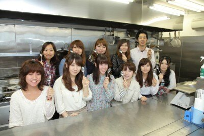 CoCo壱番屋本社に集結した学生フリーペーパー制作団体「粋」「CAN→PASS」「fab」のメンバー。このほかにも多数の学生が参加。
