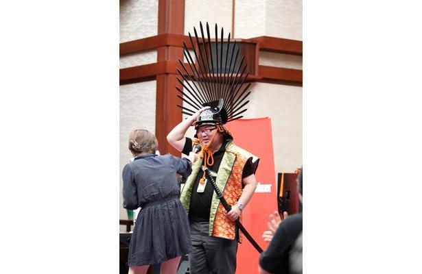 大阪城天守閣復興80周年トークイベントの司会・玉置編集長は豊臣秀吉の兜(レプリカ)をかぶっての登場