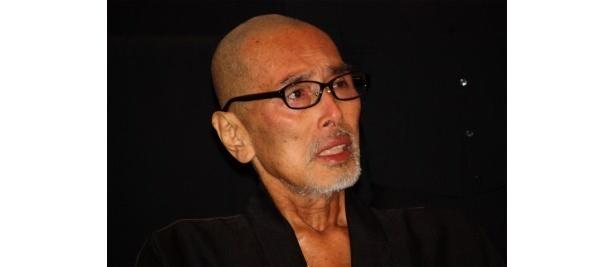 【写真をもっと見る】闘病で痩せ細り、車椅子で舞台挨拶で登壇した原田芳雄の目には涙が