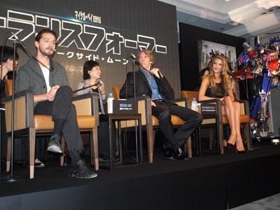 左から 主演シャイア・ラブーフ、マイケル・ベイ、ロージー・ハンティントン=ホワイトリー