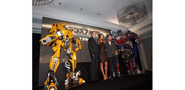 巨大ロボットを見ただけでコーフン!全国公開が待ち遠しい!