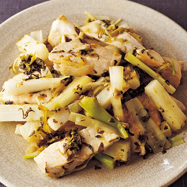 【画像を見る】サッと炒めるのがポイント!「かじきと長いもの高菜炒め」