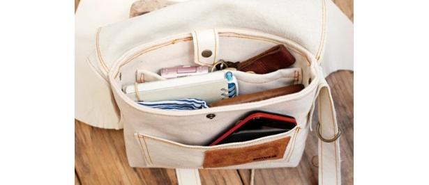 意外と収納できるスグレモノ。内外2つのポケットは小物入れにピッタリ!