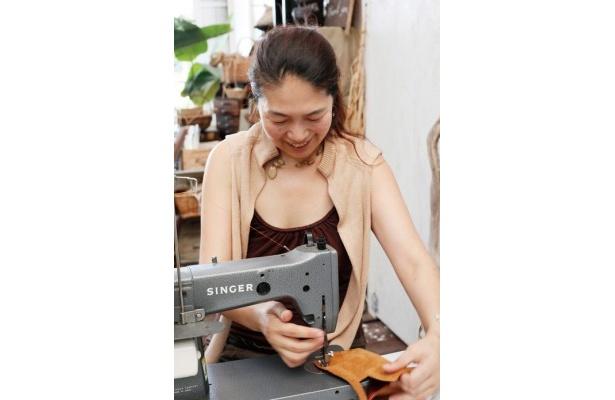 「バッグを作っているだけで幸せだから、仕事というより最高の趣味(笑)」と語る店主の亮子さん