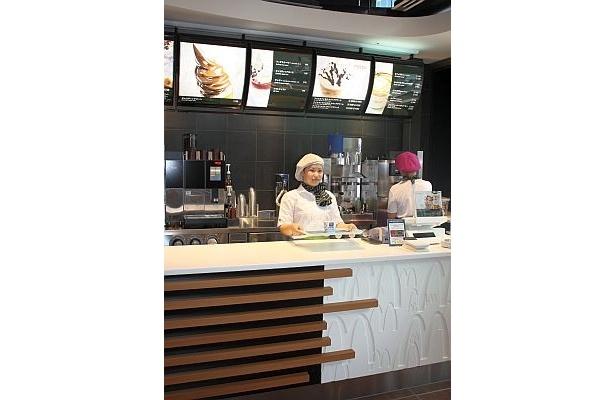 六本木ヒルズに開店したマックは、1階がカフェコーナーに♪