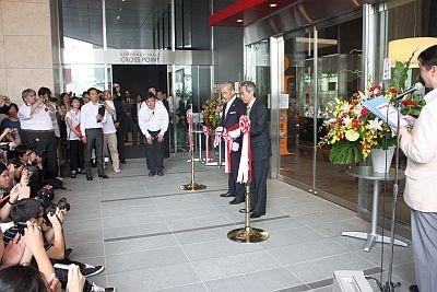 原田泳幸社長(左)と森ビル代表取締役社長・辻真吾氏によるテープカット