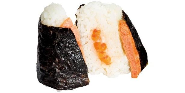 大切りのサケに濃厚なイクラで超贅沢! 本むすび 紅鮭切身&北海道産いくら(178円/サークルK、サンクス)※発売中