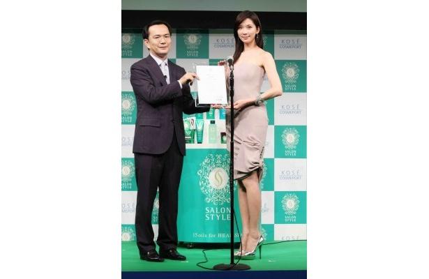 リン・チーリンは、プレゼンターを務めた代表取締役社長・小林孝雄氏から記念の盾を受け取り、満面の笑顔に