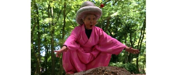 【写真をもっと見る】くのー教室の山本シナ先生役の中村玉緒は、おたふくほっぺで豪華なアクションを披露
