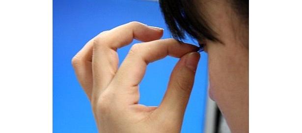 まつ毛を抜くなどアグレッシブな眠気解消法を実践する女子中高生たち