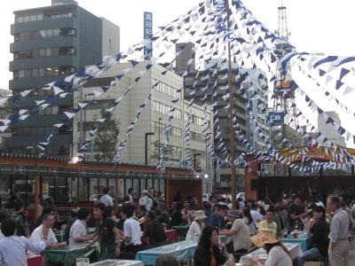 創成川公園の狸ニ条広場では小樽ビールビアガーデンも開催されている