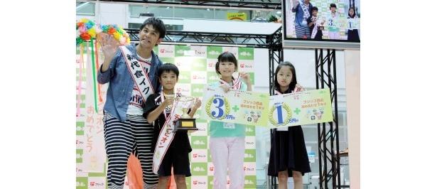 """初代""""食イクメン""""に任命されたますだおかだ・岡田圭右と「第4回小学生豆つかみゲーム大会」上位3位入賞した小学生"""