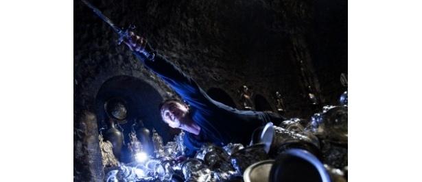レストレンジの金庫に隠されたホークラックスを破壊しようとするハリー・ポッター。手にはグリフィンドールの剣が