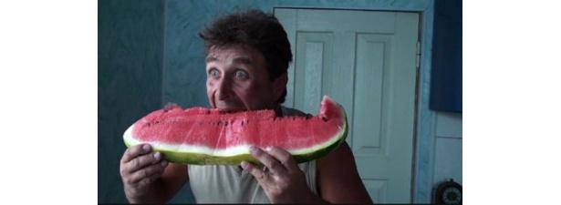 【写真】巨大なスイカを丸ごと食べる男性も登場
