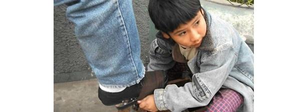ペルーで靴磨きをする少年から、ロシアの街中でパルクールをする人まで様々だ