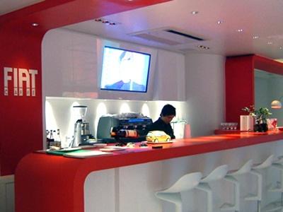 2階のカフェは赤と白のコントラストがオシャレな空間