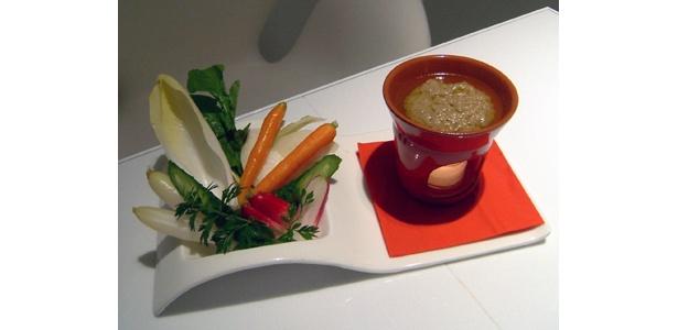 「パーニャカウダー」(1500円) コールラビというキャベツとかぶの間のような珍しい野菜が特徴的